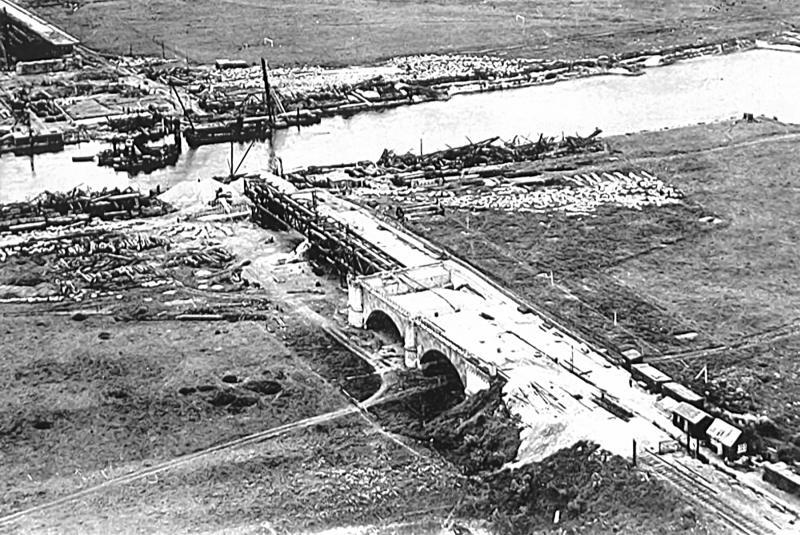 Na de bevrijding werd door de geallieerden snel werk gemaakt van een herstel van de verbindingen over de IJssel. Een oude Engelse brug type Callender Hamilton (in de volksmond een Baileybrug) bood soelaas. Deze slechts enkelsporige brug werd tegelijk met een smalle verkeersbrug op 21 december 1946 geopend.