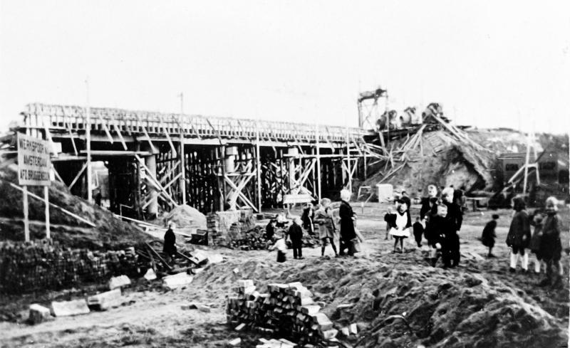 De herbouw van het viaduct in de Dorpstraat, begin 1946.