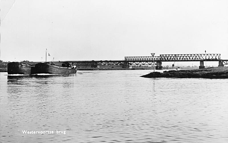 De Westervoortse noodbruggen gezien richting noord in de jaren vijftig. De hoge brug voor het treinverkeer ligt achter de twee lage verkeersbruggen.