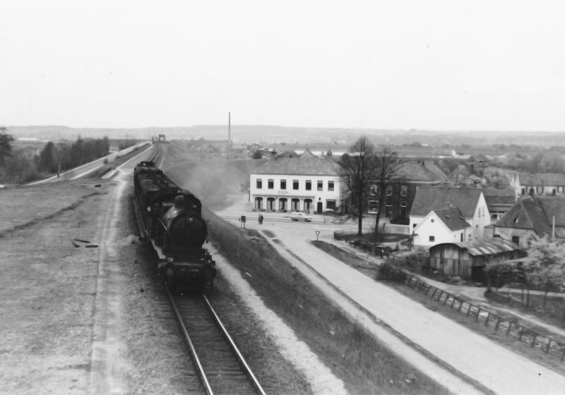 De noodbrug is alweer wat jaren in dienst als de stoomloc NS 3794 met een personentrein vanaf de IJsselbrug over enkelspoor richting het (gesloten) station Westervoort raast. Foto J.C. de Jongh, 2 mei 1954