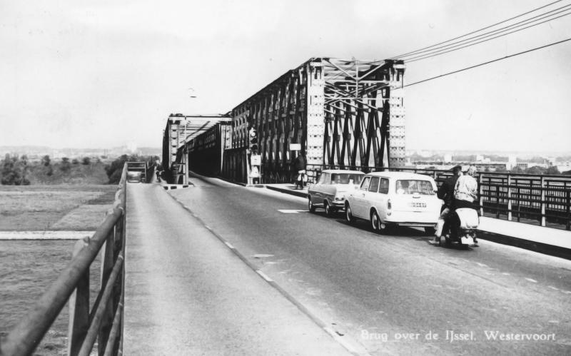 De tijdelijke bruggen kregen een soort permanent karakter. Decennia lang bleef de situatie ongewijzigd: een eensporige baileybrug en een eenbaans verkeersbrug met verkeerslichten beveiligd.