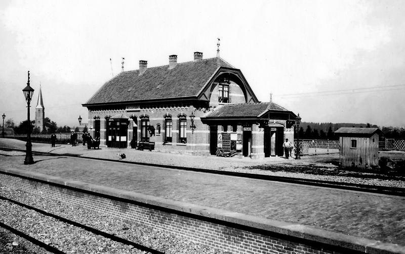Het station Westervoort in volle glorie met een eilandperron voor spoor twee en drie, waarschijnlijk eind 1901.