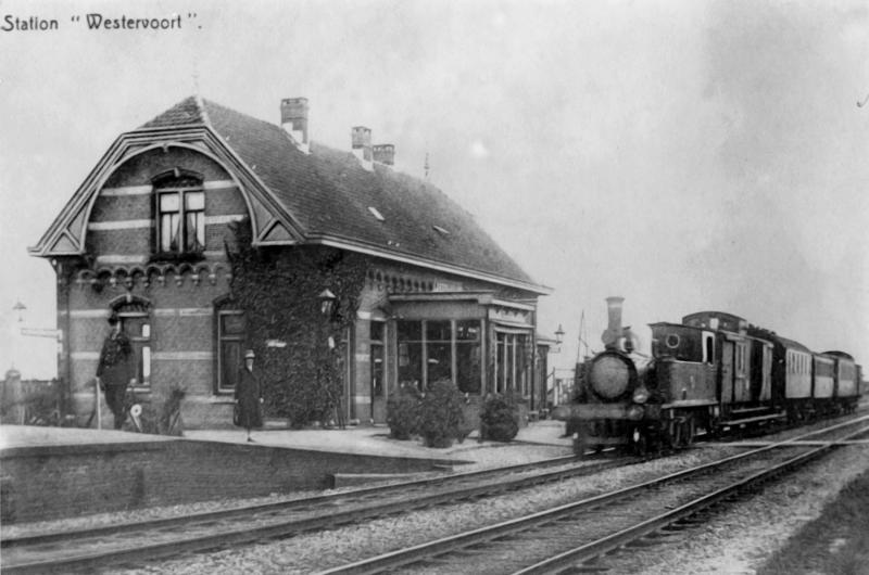 Het station zou in 1936 voor reizigersvervoer gesloten worden. In de dertiger jaren was het aantal reizigers uiterst gering. Op de foto van ongeveer 1930 tellen we één reiziger.