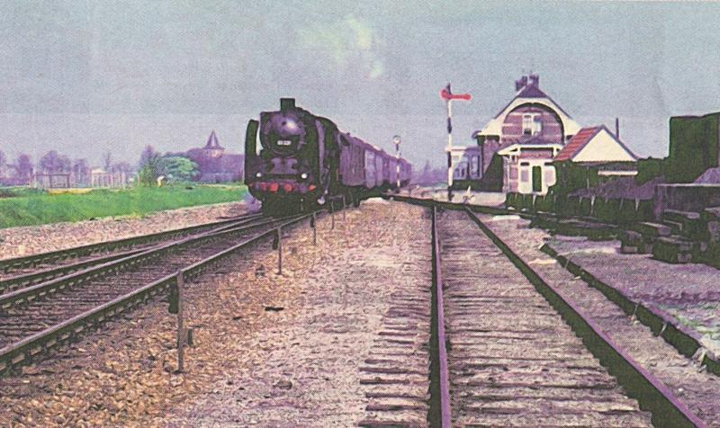 De Loreley-Joegoslavië Express uit Amsterdam passeert het stationsgebouw van Westervoort.