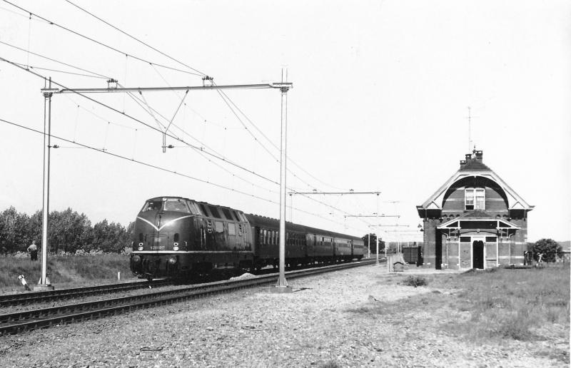 De Duitse dieselloc V200 017 (bouwjaar 1956) passeert voor een personentrein richting Duitsland.