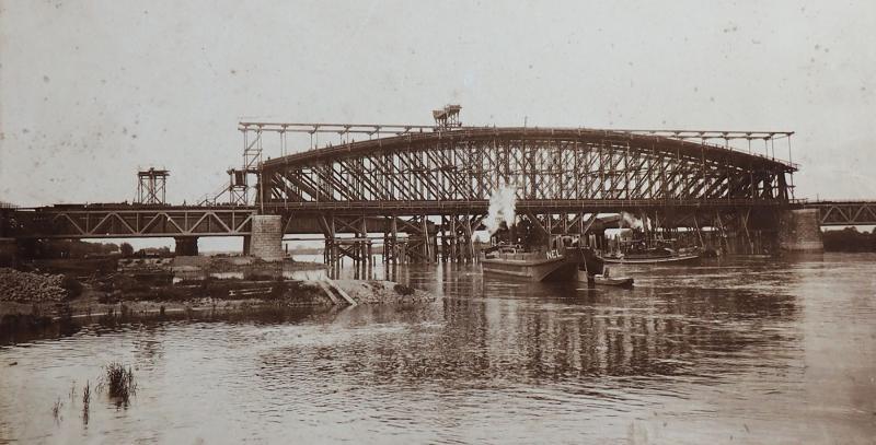 De aanbouw van een nieuwe (dubbele) brug is in volle gang; 28 juni 1900, gezien in zuidelijke richting.