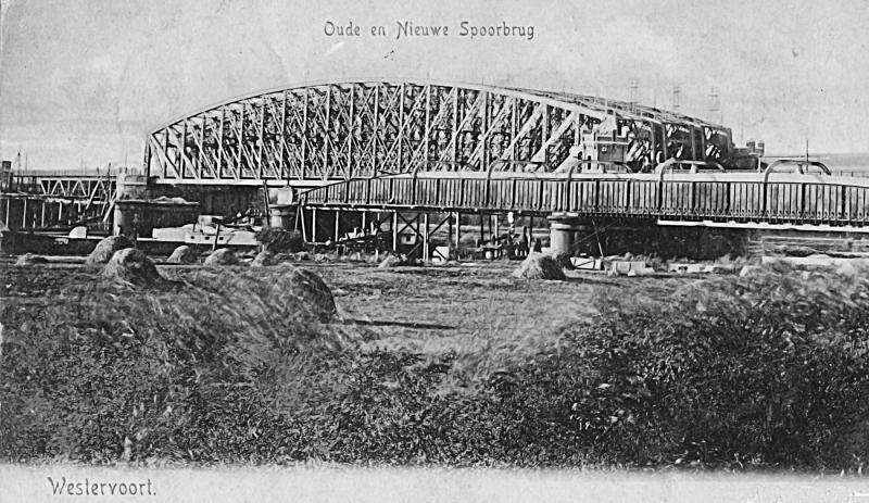 De twee spoorbruggen (achteraan) en de verkeersbrug zijn in dienst gesteld. Een schip vaart onder de verhoogde bruggen door. Van de oude brug is het draaigedeelte al ontmanteld.Foto 1901, gezien in noordelijke richting.