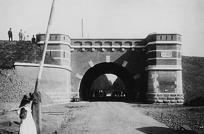 Voor het dorp Westervoort had de brugverhoging ingrijpende consequenties: er kwam een hoge spoordijk dwars door het dorp, met welgeteld één viaduct, in de Dorpstraat.