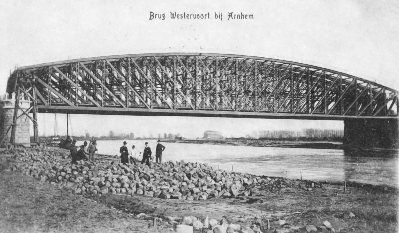 De spoorwegwerken zijn beëindigd; de oude draaibrug is geruimd.
