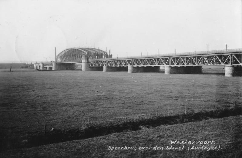 De bruggen hebben naar tevredenheid dienst gedaan, ook de verkeersbrug bood voldoende faciliteiten. Foto: 1930 gezien van af de zuidzijde