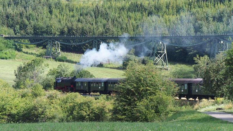Na station Epfenhoven buigt de lijn naar het westen; op de achtergrond is weer het 'Biesenbachviadukt' te zien.