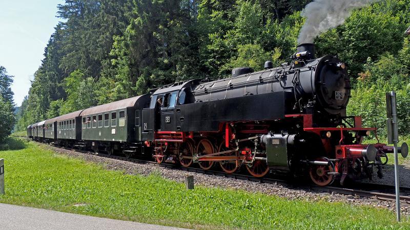 Op de retourtocht rijdt de loc met ketel vóór. Aankomst bij station Lausheim-Blumegg.
