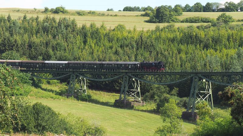 De trein uit Blumberg bij de passage van het 'Biesenbachviadukt'