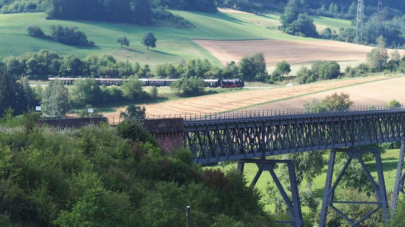 In de grote boog aan de oostzijde van station Epfenhofen.