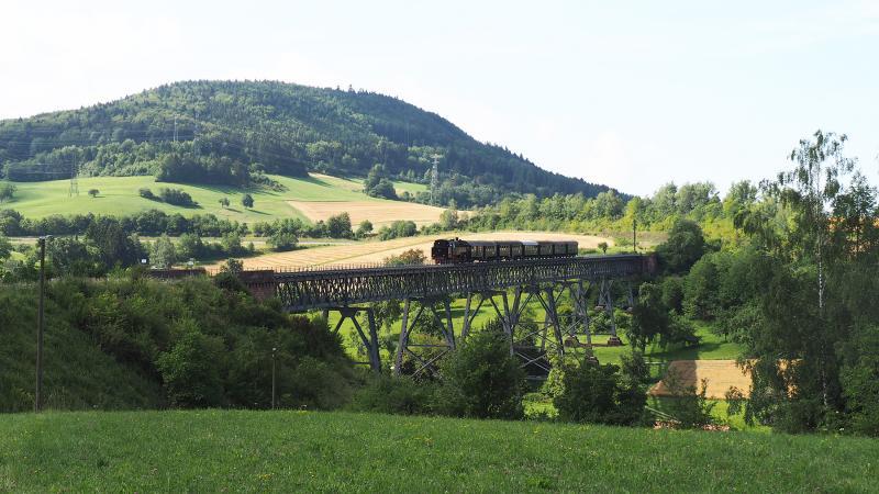 Via dit viaduct rijdt de trein weer noordwaarts naar station Epfenhofen.