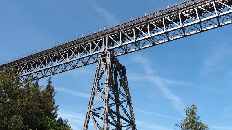 Deze brug is ingericht voor dubbelspoor, maar dat is er nooit gekomen.