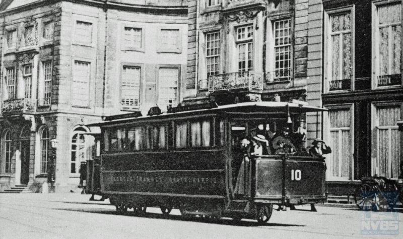 De eerste elektrische tram reed zonder bovenleiding en haalde de benodigde energie uit meegevoerde accu's. Veertien van deze rijtuigen hebben vanaf 1890 op lijn 9 dienst gedaan.
