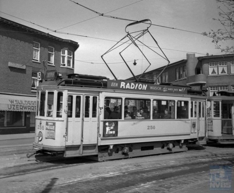 Op dezelfde 10 april zette J.A. Bonthuis de 256 op de foto, op het Stuyvesantplein, eindpunt van lijn 13.