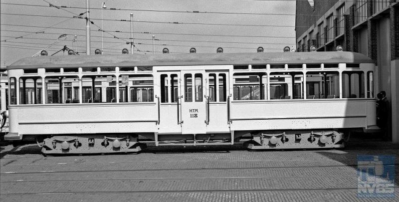 Uiteraard hadden de buitenlijnen ook behoefte aan bijwagens. Twintig zeer fraaie 'salonwagens' met middenbalkon, voor de helft in Duitsland en voor de helft in Rotterdam (Allan) gefabriceerd, kwamen in de jaren 1923 en 1924 hiervoor beschikbaar. Van de Allan-rijtuigen is er één bewaard gebleven en die zien wij hier op de foto, de 118.