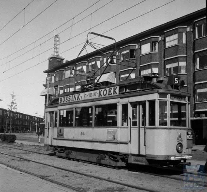 Verschillende fabrikanten hebben rond 1930 de oude drieramers omgebouwd tot een nieuwe serie die 'Ombouwers' ging heten. Op de foto staat een van hen, de 54 op het eindpunt Appelstraat van lijn 5.