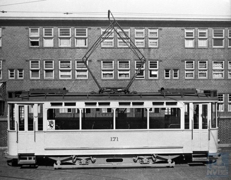 Het was mooi dat de RET de HTM in 1946 kon helpen aan veertien oudere motorwagens die het Rotterdamse bedrijf kon missen. Op het remiseterrein aan de Lijsterbesstraat zien we rijtuig 171 staan.