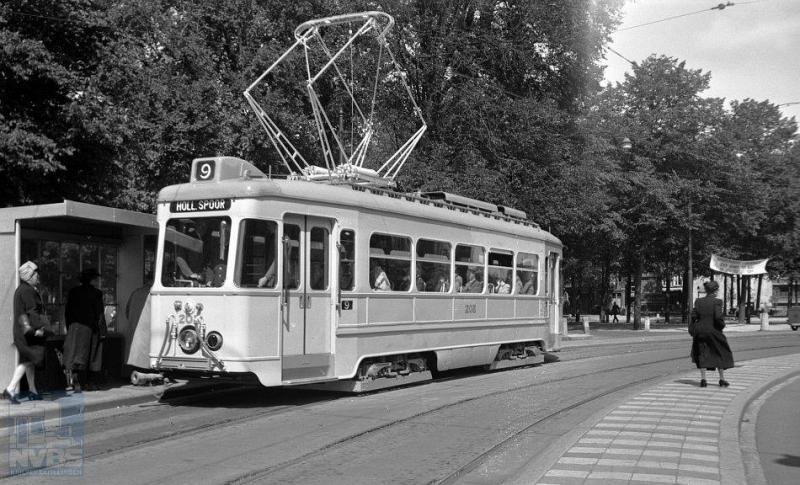 Op de foto zien we lijn 9 met de 207 bij de halte Tournooiveld. De motorwagen zier er nog erg nieuw uit; niet zo verwonderlijk want het is zijn eerste rijdag: 20 augustus 1948.