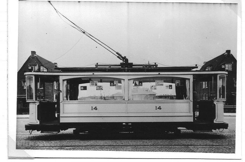 De eerste elektrische beugeltrams waren tweeramers. Deze foto van nummer 14 is van later datum, want de balkons zijn al gesloten gemaakt en de tram is crème geschilderd. Bij indienststelling was de 14 blauw met bruine panelen. Het moet ongeveer 1928 zijn geweest dat de wagen aan het eindpunt van lijn 10 - Kwartellaan - staat, klaar voor de volgende rit.