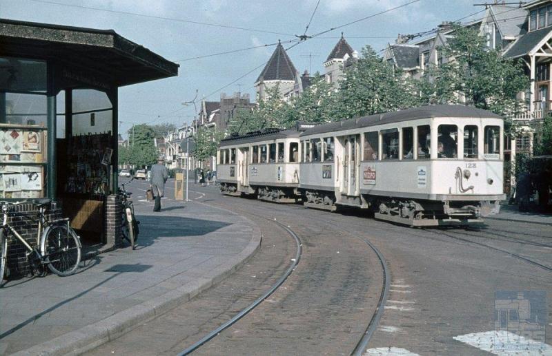 De foto toont stel 90 met 128 op de Geestbrugweg te Rijswijk, op weg naar Voorburg.