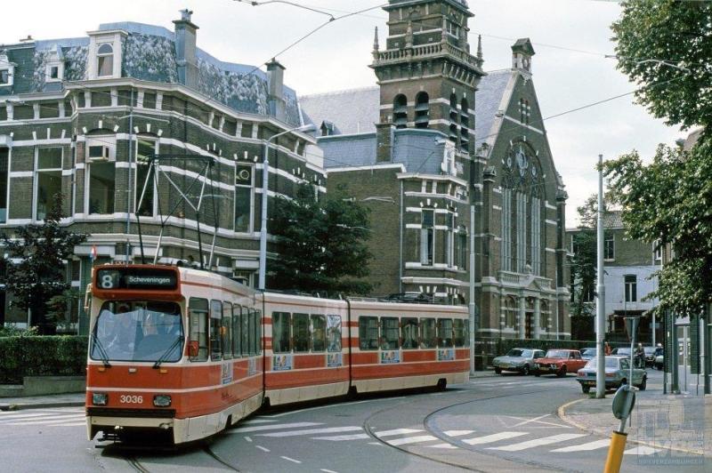 Vanuit de Scheveningse Duinstraat rijdt de 3036 de Prins Willemstraat in.
