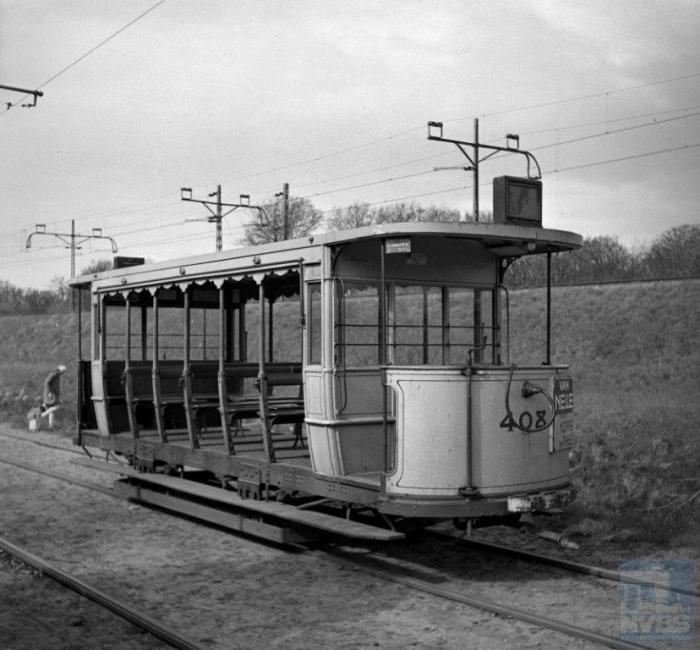 De paardentram in Den Haag kende open rijtuigen die ook geschikt werden gemaakt als aanhangwagen voor de elektrische tram. De serie 400-415 -bij de HTM begonnen veel series met het cijfer 0- werd in 1895 bij Beijnes in Haarlem gebouwd als open paardentramrijtuigen 200-215 en kwam tien jaar later 'elektrisch' in dienst.