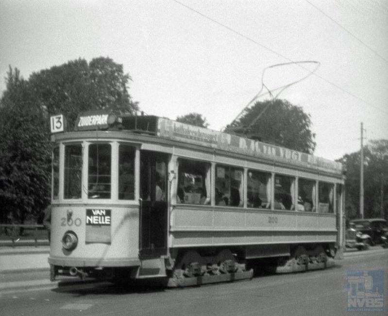 De 200, de eerste vierassige stadsmotorwagen van Nederland, was het prototype van een serie bestemd voor interlokale lijnen rond Den Haag. Daarvan werd uiteindelijk niets gerealiseerd en dus kreeg de 200 geen volgelingen. Werkspoor bouwde het in 1908. Het fraaie rijtuig heeft op verschillende lijnen dienst gedaan, maar de laatste jaren voornamelijk op lijn 13.