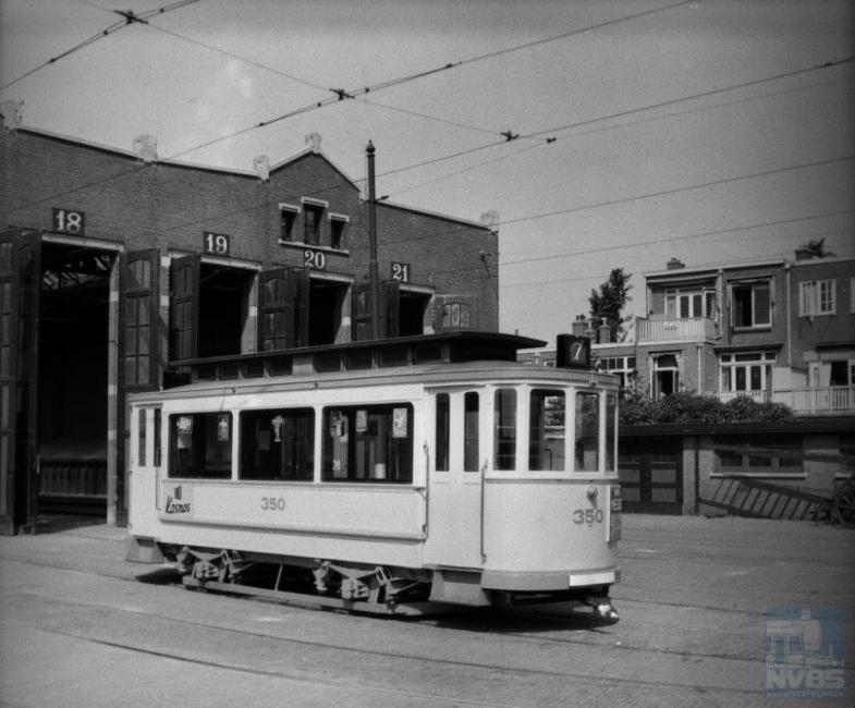 Ook de hier getoonde aanhangwagen 350 is een eenling gebleven. Werkspoor heeft dit rijtuig in 1908 gebouwd omdat de HTM behoefte had aan meer gesloten aanhangwagens, die goed zouden passen bij de 'drieramers'. Een onderstel ontbrak; de wielassen waren aan de wagenbak vastgemaakt. Hoewel de 350 goed beviel, kwamen ook hier geen nakomelingen.