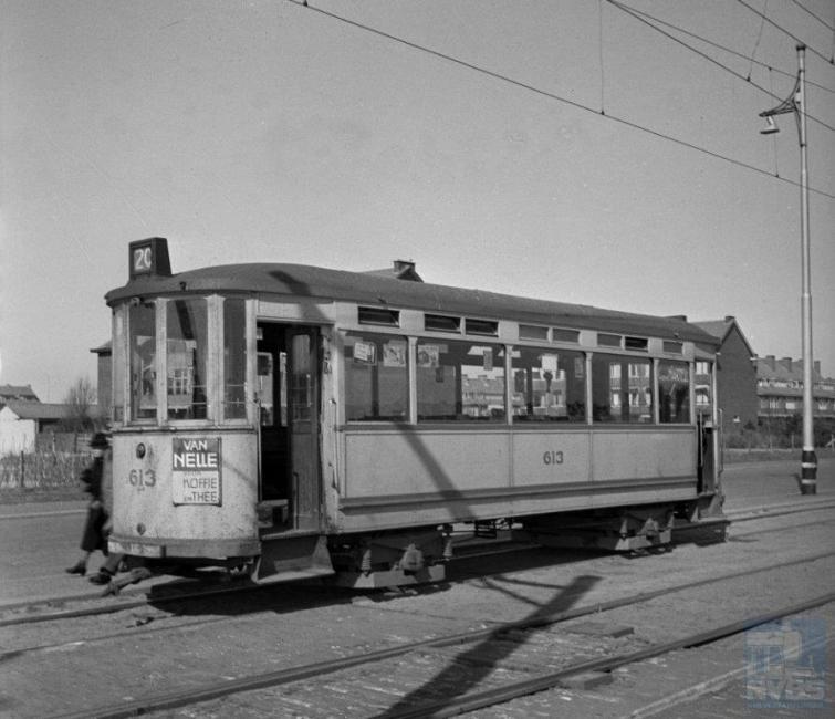 De reden waarom de 350 van de vorige foto alleen bleef, kan zijn dat de HTM liever aanhangwagens had met een grotere capaciteit. Die kwamen er dan ook. De eerste tien stuks in 1913 van Allan en de overige 60 stuks uit Duitsland, geleverd over meerdere jaren tot en met 1923.
